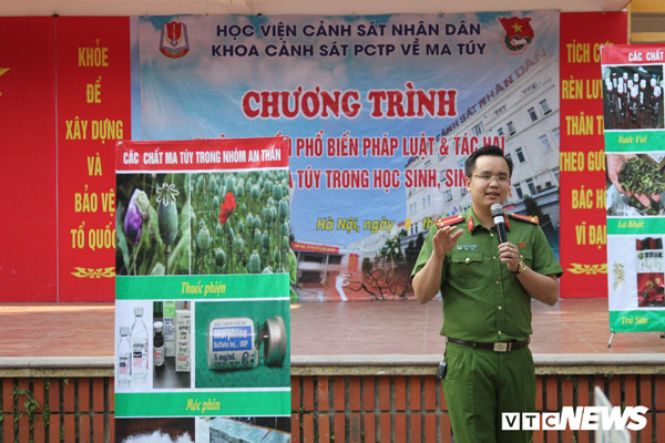 Officers, lecturers and students of the PPA directly went to Nguyen Truong To Secondary School, Hanoi city to propagate the harmful effects of drugs to pupils.