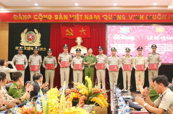 Officers of Cambodian Ministry of Interior complete Professional Training Course at People's Police Academy