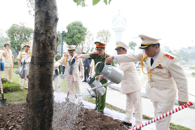 Deputy Minister Nguyen Duy Ngoc and the delegates plant tree at the Academy's campus