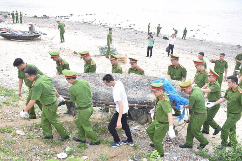 Officers and students of the PPA and Hai Phong City were cleaning up environmental sanitation and collected the plastic waste in Cat Ba Island's beach