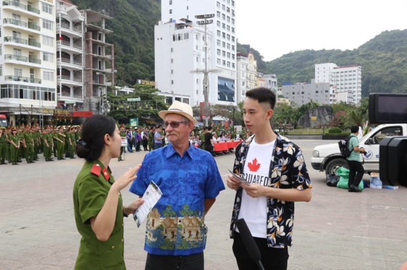 The propaganda program has attracted the attention of domestic and foreign tourists in Cat Ba town