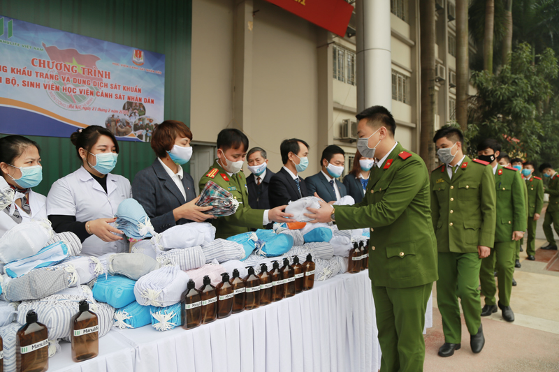 PPA provides free medical facemasks, hand sanitizers to various universities in Hanoi